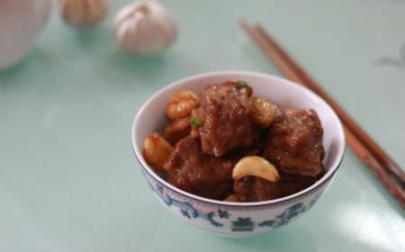 Món sườn om tỏi tuy trong quá trình nấu không dùng muối mà lại khá đậm đà vị dầu hào và xốt Teriyaki - một loại xốt ướp đồ nướng của Nhật.