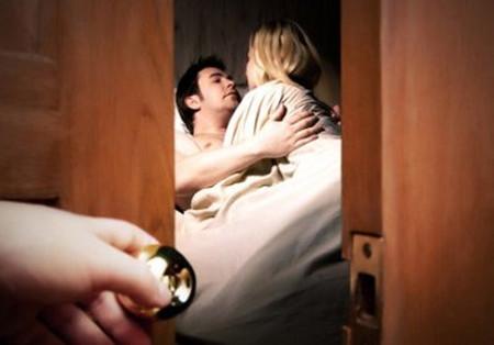 Chị đợi một lúc, rồi vào bắt ngay tại trận đôi tình nhân đang hú hí trong tổ tò vò.