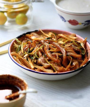 Món nộm tai heo giòn sựt cùng vị cay cay thơm bùi từ mè sẽ mang lại hương vị mới mẻ cho bữa ăn trong gia đình bạn