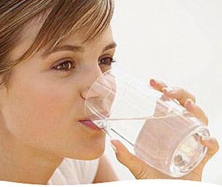 Bạn nên uống nhiều nước trong những ngày hè