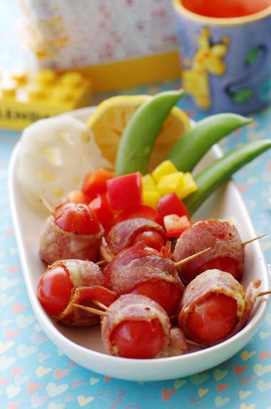 Thịt chín mềm, ngấm chút nước cà chua ứa ra trong quá trình nướng nên có vị chua dịu rất dễ ăn.
