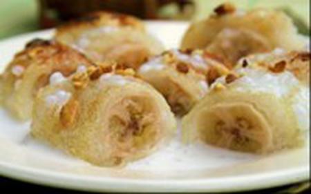 Món chuối bọc nếp nướng có lớp vỏ nếp bên ngoài dai dai, giòn giòn, quả chuối bên trong mềm ngọt, thêm nước cốt dừa beo béo, thơm thơm