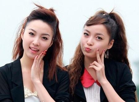 2 chị em song sinh, giống nhau cả về ngoại hình và tính cách.