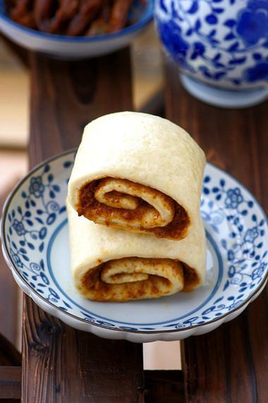 Cắn một miếng bánh xốp mềm có vị ngọt nhẹ bạn sẽ bắt gặp ngay vị đậm đà, thơm ngậy của lớp nhân mặn bên trong.