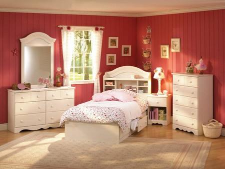 Trần nhà và các món nội thất màu trắng đã giúp phòng ngủ này không bị quá rực.