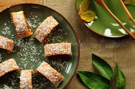 Từng miếng bánh dẻo mịn, dai dai với vị ngọt tự nhiên của bí ngô lẫn trong vị ngọt đậm đà của lớp nhân đậu đỏ.