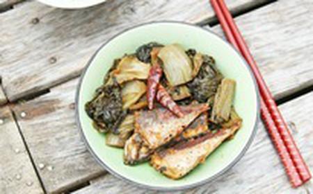 với vị chua chua của dưa cải, miếng cá đã được chiên sơ nên chắc thịt mà thấm đều gia vị, cho bạn một bữa cơm thật ngon và bắt miệng.