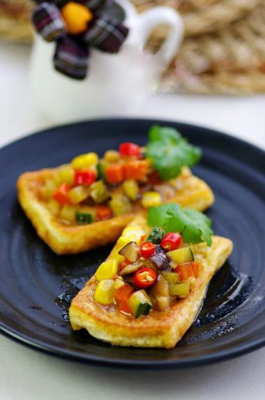 Đậu mềm dai xen lẫn với rau củ giòn ngọt mang đến cho bữa cơm gia đình cảm giác thanh đạm và dễ ăn.