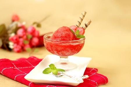 Sorbet dưa hấu là món kem mà lại không cần đến sự góp mặt của trứng hay kem tươi nên ăn mát lạnh mà không ngán!