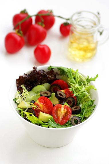 """Salad rau quả bắt mắt với sắc xanh đỏ hài hòa lại rất """"hút"""" nhờ sự tươi ngon được giữ trọn vẹn sau khi chế biến."""