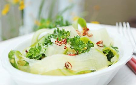 với từng sợi dưa leo mát lạnh thấm với gia vị sẽ giúp bạn ngon miệng hơn trong bữa cơm ngày hè.