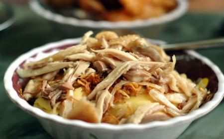 Xôi mềm, đậu vàng óng ả cùng với hành phi giòn tan và thịt gà đậm đà chắc chắn khiến ai cũng thích.