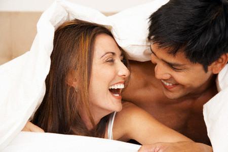 Một vài câu nói nhẹ nhàng nhưng trực tiếp sẽ gỡ bỏ dần những bỡ ngỡ ban đầu và giúp hai người khám phá, làm hài lòng nhau mỗi khi bước chân lên giường.