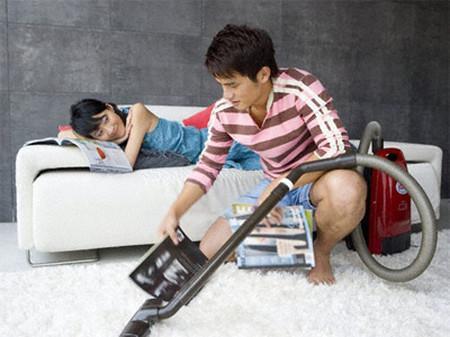 Anh luôn phải tranh thủ dọn dẹp nhà cửa mà vợ không bao giờ giúp.