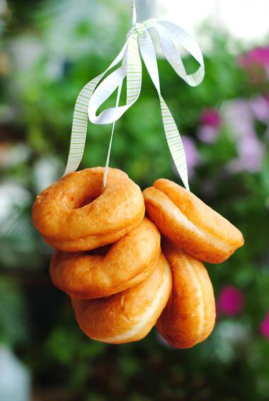 Bánh donut mềm, thơm mùi bơ, rất hấp dẫn trẻ em và cả người lớn.