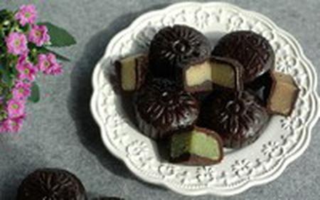 Bánh trung thu chocolate rất thích hợp cho những người sợ ngọt bởi vỏ bánh sẽ hơi đắng một chút, cộng với mùi thơm lựng của chocolate sẽ khiến người thưởng thức ngất ngây và ăn mãi không chán.