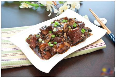 Thịt heo mềm, nấm vẫn còn giữ được độ giòn; thấm gia vị đậm đà rất dễ ăn và rất hợp với tiết trời ngày mưa mát mẻ.