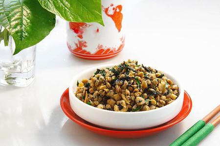 Thịt hến vốn dai ngọt, béo thơm dễ ăn lại càng thêm hấp dẫn khi đượm thêm hương vị từ các loại rau thơm xào kèm.