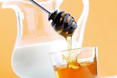 Kết hợp đường cùng mật ong, nước cốt chanh giúp tẩy da chết và làm trắng sáng da.