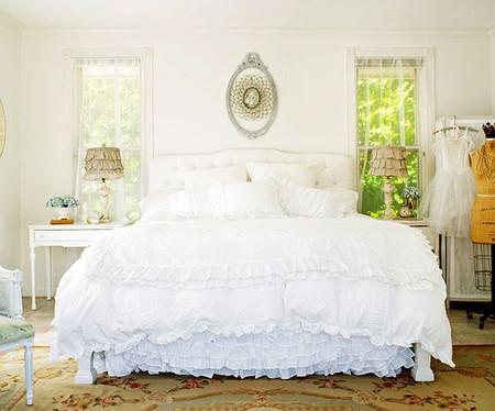 Sắc trắng tinh khôi là màu sắc rất lý tưởng cho phòng ngủ của chủ nhà mệnh Thủy.