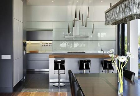 Tường xung quanh bếp cần ốp gạch men bóng để tiện cho công việc lau chùi vệ sinh.