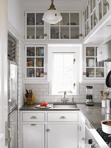 Lắp tủ bếp sát trần để vừa khắc phục được nhược điểm trên vừa tận dụng được tối đa diện tích để tăng không gian lưu trữ.
