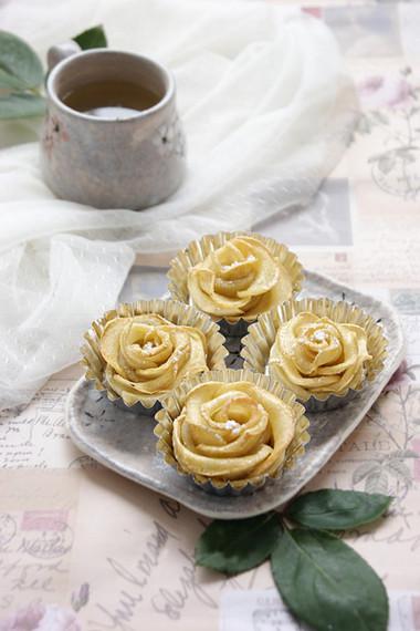 Hãy ăn và cảm nhận hết mình hương vị thơm ngon tuyệt vời của cả bánh và táo bạn nhé!