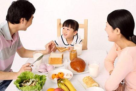 Không nên ăn bữa tối quá nhiều sẽ không tốt cho sức khỏe.