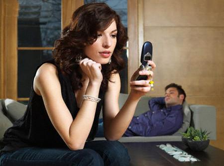 Tôi đọc được những tin nhắn mập mờ tán tỉnh trong máy điện thoại của anh.