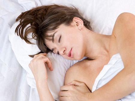 Đi làm về đến nhà là Vân tót lên giường nằm ngủ.