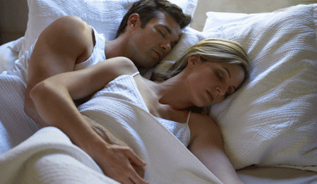 Hằng đêm nằm bên anh, em hay nắm bàn tay anh để ngủ, trong lòng thầm nhắc, em sẽ nắm bàn tay anh để ngủ suốt cuộc đời này