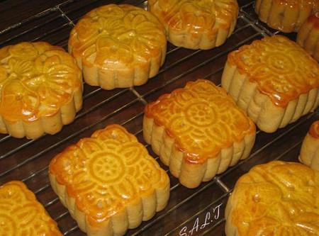 Dù trên thị trường có rất nhiều thương hiệu, nhưng bánh trung thu truyền thống vẫn hút khách.