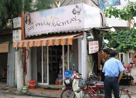 Một cửa hàng bán hàng xách tay ở phố Nguyễn Sơn - Hà Nội.