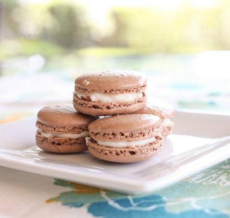 nhân kem chanh chua và thơm nhẹ giúp bánh đỡ ngán hơn.