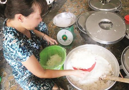 Cứ 3kg gạo cho một gói bột nở, nấu khoảng 5 phút bớt nước và rắc thêm một ít bột trên mặt là cơm sẽ thơm ngon và dẻo.