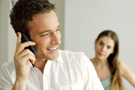 Chồng tôi thường xuyên liên lạc với một người phụ nữ, khoảng 2-3 ngày thì họ thường gọi điện và nói chuyện với nhau rất lâu.