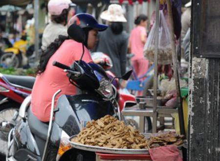 Chả cá không rõ nguồn gốc bày bán tràn lan tại các chợ.