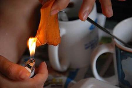Khi đốt miếng thịt dễ dàng bắt lửa mặc dù đang ướt sũng. Muội than nhỏ xuống từ miếng thịt giống hệt như khi đốt cao su hay nhựa ni lông.