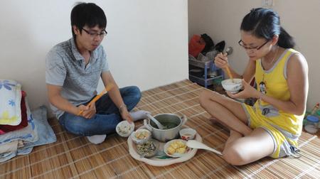 Em không thẻ bên anh mỗi khi anh cần, anh mệt mỏi vì khoảng cách, còn người kia lại bên anh được những lúc như thế, nấu cho anh ăn, ở cùng anh