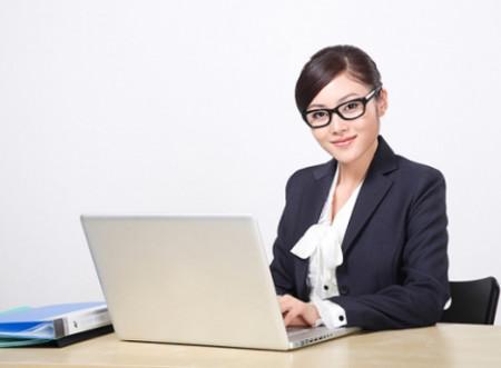 Hãy chọn tông màu trang điểm tự nhiên, nhẹ nhàng nhưng vẫn tôn lên được những điểm mạnh và che được khuyết điểm trên gương mặt bạn để thêm tự tin và rạng rỡ khi đi phỏng vấn xin việc bạn nhé!