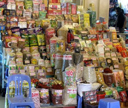 Bánh mức kẹo được bán theo cân và không có nhãn mác.