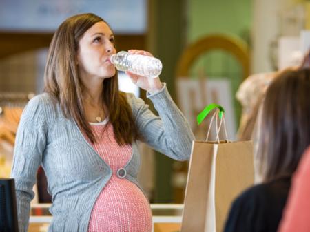 Phụ nữ mang thai cần uống ít nhất 2 lít nước mỗi ngày