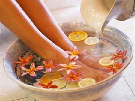 Ngâm chân bằng nước ấm hằng ngày vào buổi tối không chỉ có lợi cho chân mà còn giúp phòng ngừa nhiều bệnh cho toàn thân.