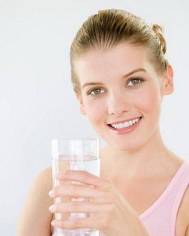 4. Uống một cốc nước lớn 1