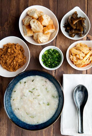Bát cháo gà nóng hổi, thơm nức mùi gạo, vị ngọt mềm từ thịt gà thêm vị cay nồng ấm áp từ hành lá, gừng và tiêu
