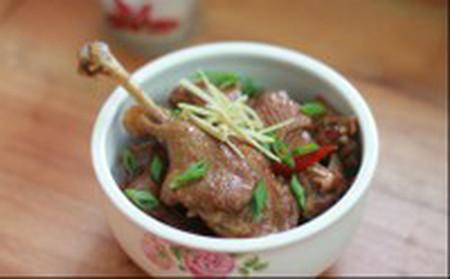 Thịt vịt được kho trong tộ nên mềm mà chắc, bùi và thơm rất đậm đà, ăn cùng cơm sẽ ngon tuyệt!