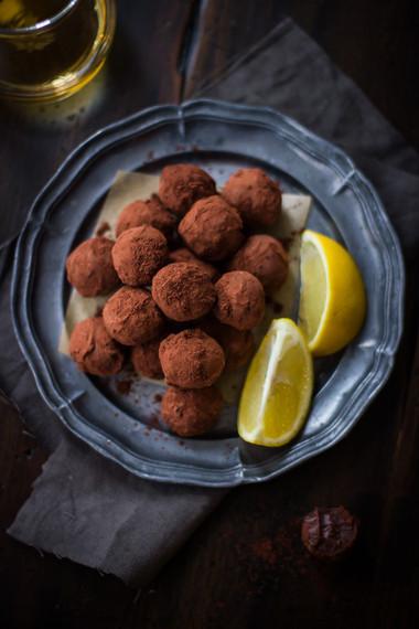 miếng truffles sẽ tan ngay trong miệng vị ngọt thanh, hơi đắng của bột cacao sẽ khiến bạn cực kỳ ấn tượng.
