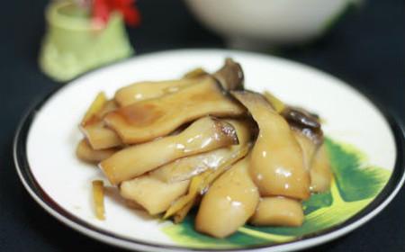 Món nấm kho gừng có vị mặn ngọt vừa phải, đậm đà và rất giòn nên ăn cùng cơm rất hợp.