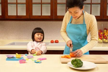 Tùy từng độ tuổi mà bạn có thể phân công con làm những việc trong bếp cho bé