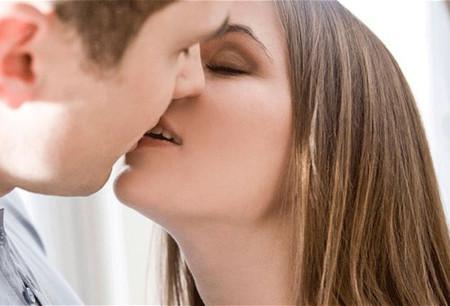 chồng mình suốt ngày hôn mình … trừ bữa.